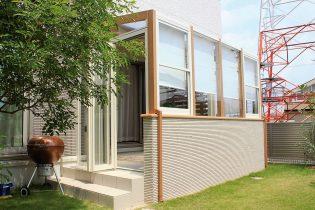ガーデンルームの腰壁に建物と同じタイルを貼ることで一体感がでました。