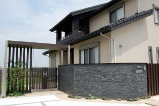 シックで重厚感のある門塀に、木調のアーチフレームを使った門構え