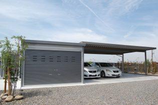 エレントの折板カーポート、イナバのガレージを組み合わせた、こだわりのカースペースです。