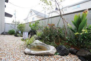 個性的な天然石の水鉢を活かした風情ある和空間です。