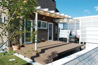 庭への動線をつなぐ、広々としたデッキとテラス。シェードが日射しを和らげ、居心地の良い空間を作ります。