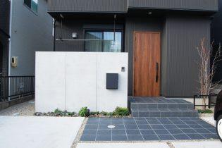 エバーアートボードを使用したコンクリート打ち放し風の門柱。