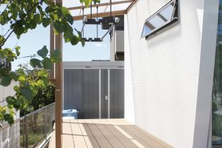 住居とテラスを繋ぐウッドデッキ