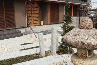 石灯籠のある和モダン庭園