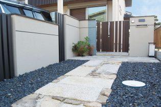 重厚感のある石畳で導くアプローチ
