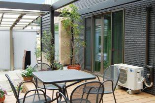 室内から段差なく繋がるウッドデッキは、屋外の心地良さを堪能できる寛ぎ空間です。