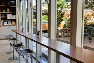 光が差し込むカウンターテーブル<br /> ご自宅のリビングにいるような感覚で、ガラス越しの緑を眺めながら、理想の空間がイメージできます。