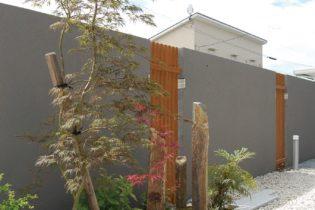塀の内側に佇む苔の坪庭