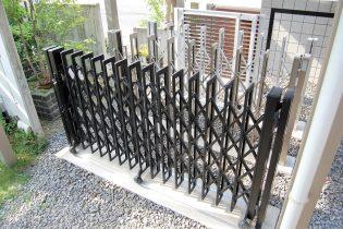 種類の豊富な伸縮門扉<br /> 変形敷地や限られたスペースにも柔軟に対応できる伸縮門扉。車庫前や玄関前など、目的に合わせてお選びいただけます。