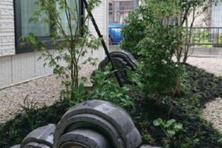 鬼瓦を使った坪庭の美