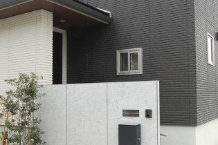 シンプルモダンなデザインの石柄の門柱