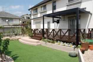 人工芝と植栽スペースのあるナチュラルガーデン