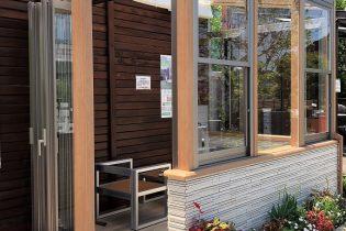 LIXIL cocomaII 腰壁タイプ(ルームタイプ)<br /> 腰壁に貼るタイルは、自由にお選びいただくことができます。腰壁があることによって、壁際に家具を設置することも可能です。