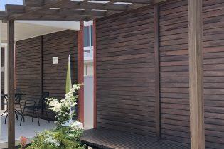 タカショー ポーチテラス<br /> 天然木のパーゴラを意識したデザインが魅力のテラス。伝統的な日本家屋のひさしとしてもお使いいただけます。