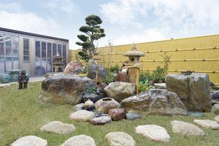 既存の庭石や灯篭を組み直した和庭園。隣地との境にはグローベンの人工竹垣を設置しました。