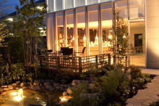 水辺を照らす夜の風景<br /> 昼間の表情とは違った趣を見せる夜の庭は、見るものを楽しませてくれる癒しの空間。