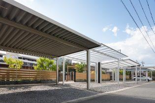 カーポート各種<br /> 強風に強く、変形地にも対応可能な折板カーポートや採光性の高いポリカ屋根のカーポートなど多彩な種類を展示しています。