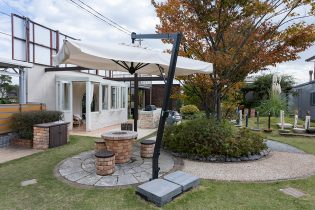 芝生の広がる展示スペース<br /> ガーデンライフをたのしく演出するこだわりのアイテムたちが満載です。