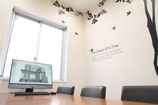 CAD商談ルーム<br /> パソコンを使って3D画面を見ながらの個室での商談スペースもご用意しています。