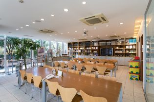 商談スペース<br /> 広々とした空間でカタログや施工写真をゆっくりご覧いただけます。