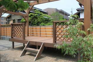 LIXIL 樹ら楽(木彫タイプ)<br /> 自然に囲まれたウッドデッキ。多彩なオプションでお家に合う素敵なデッキを作る事が出来ます。